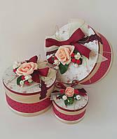Круглая подарочная коробка ручной работы с винтажным принтом, бордовыми вставками и розой