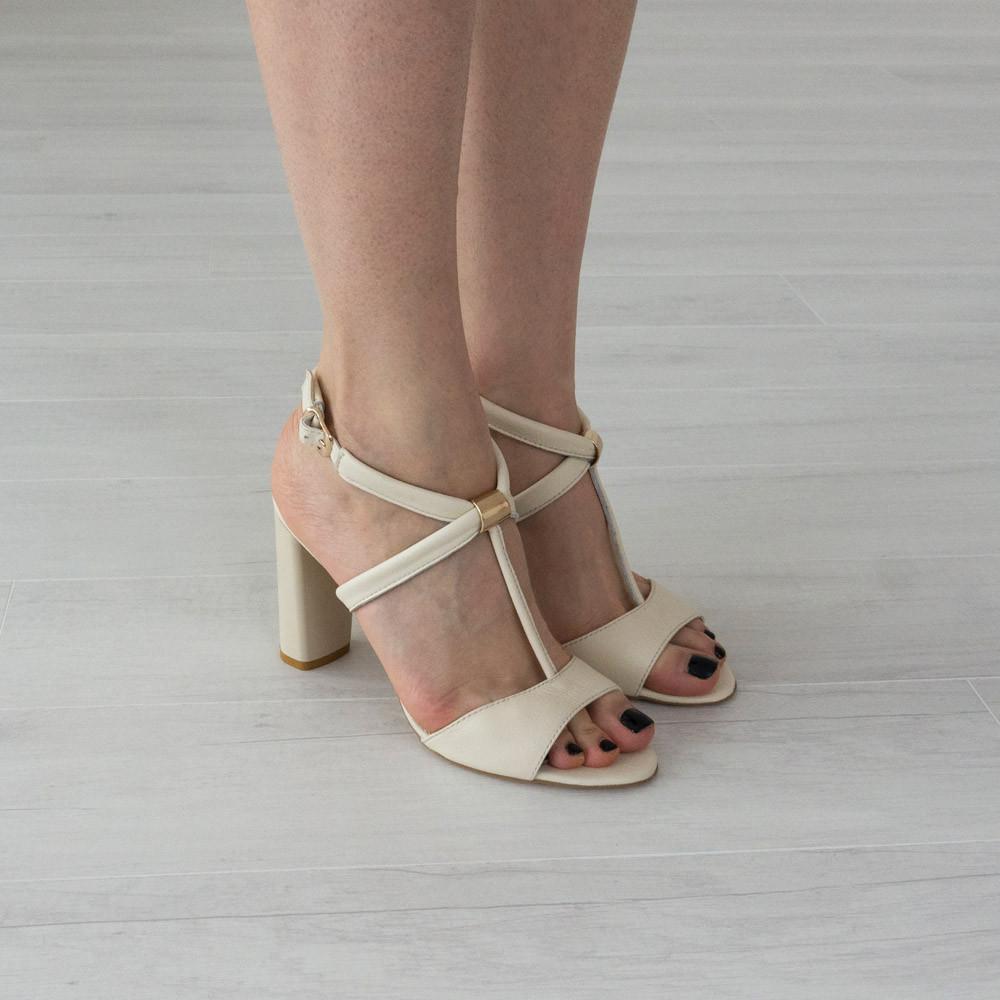 Босоножки Woman's heel 40 кожаные молочные (О-648)