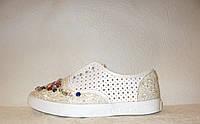 Кеды женские модные белого цвета с камнями перфорация