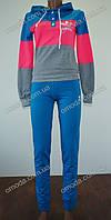 Стильный женский спортивный костюм. Костюм трехцветный синий