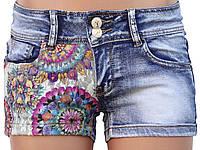 Короткие джинсовые шорты с кружевной вставкой