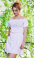 Романтичное летнее женское платье свободного фасона присборенное на талии с оголенными плечами прошва