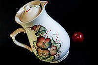 Кувшин белый с сине-красными цветами, керамика