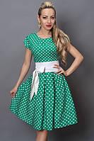 Яркое бирюзовое платье модного фасона в белый мелкий горошек