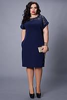 Вечернее платье темно-синего цвета приталенного фасона с украшением