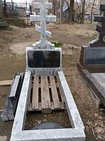 Памятник из мрамора (светлый) с крестом, тумбой-баян и цветником