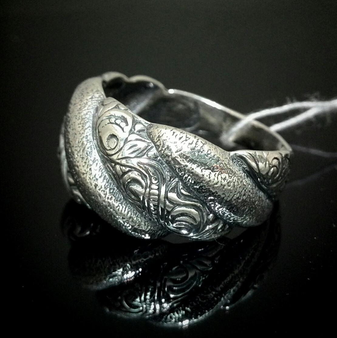 Оригинальное серебряное кольцо с орнаментом