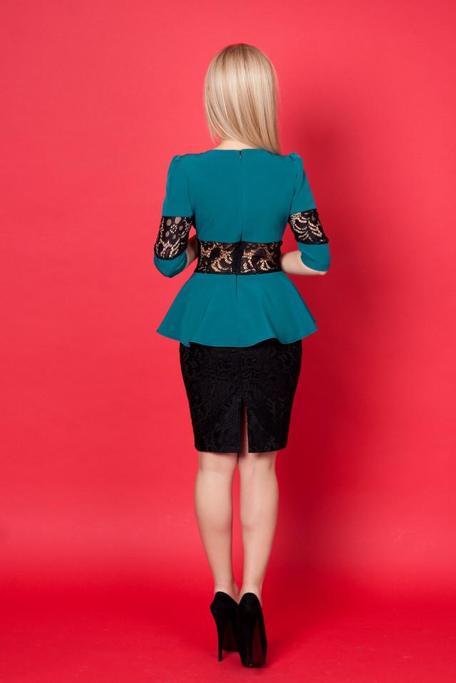 5e17b4e30be9f10 Женское летнее платье приталенного покроя с баской со вставками ...