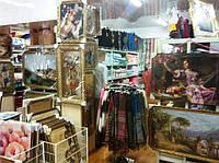 на 2 этаже широкий ассортимент картин, где все очень удобно представлено Вашему вниманию, а также коврики и текстиль для дома.