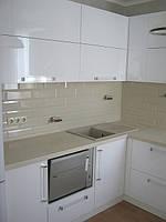 Кухня белый глянец с каменной столешницей, фото 1