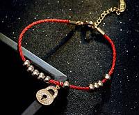 Модный браслетик: красные нити, золотые бусинки, замочек для настоящих мечтательниц