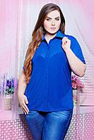 Однотонная блуза рубашечного покроя с воротничком и ажурной фигурной кокеткой большого размера