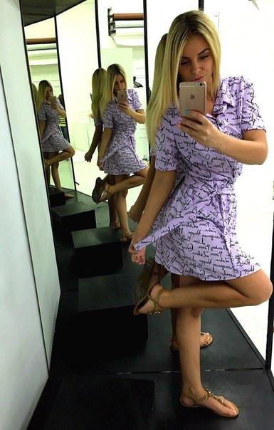 Платье-рубашка с принтом мелких надписей