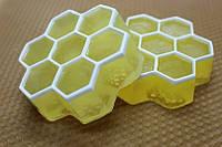 Мыло: Соты с липовым мёдом с вощиной на обратной стороне для мягкого скрабирования ручной работы хэндмэйд