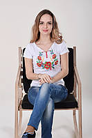 Белая трикотажная футболка с вышивкой крестиком