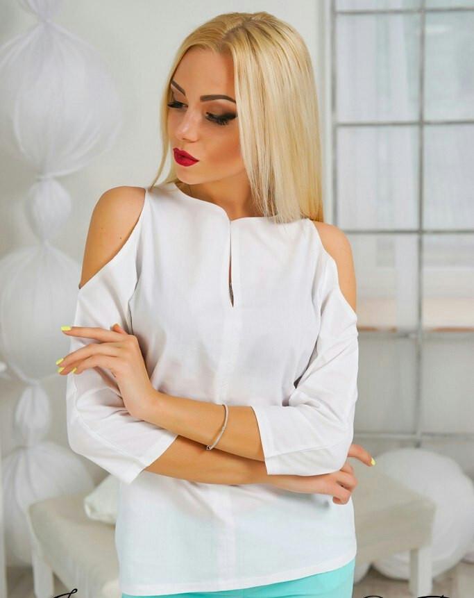 4f729485b25 Стильная белая женская блуза-рубашка с вырезами на плечах