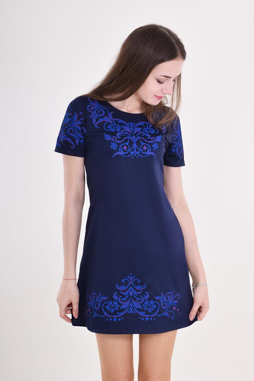 Очаровательное платье темно-синего цвета украшено вышивкой крестиком спереди