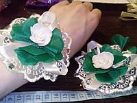 Свадебный цветок-браслет для свидетельницы на руку (цвет - бело-зеленый)