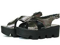 Серебристые кожаные сандалии на тракторной подошве