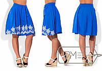 Летняя женская юбка украшена вышивкой