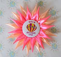 Значки для детского сада с розеткой-канзаши Гербера