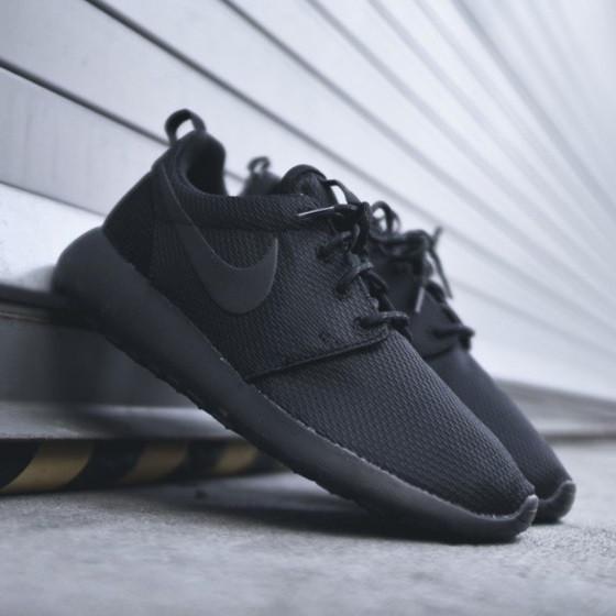 newest f6f41 37814 Кроссовки в стиле Nike Roshe Run Triple Black мужские