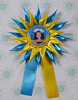 Значок с фотографией выпускника, с розеткой Астра и ленточками