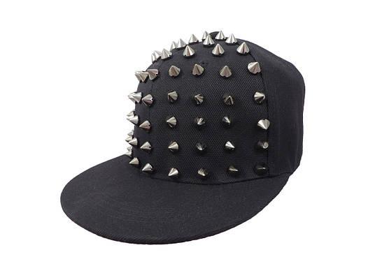 Черная кепка с серебристыми шипами