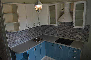Применены фасады с вставками матового стекла,это придает кухни легкости и эстетичного внешнего вида.
