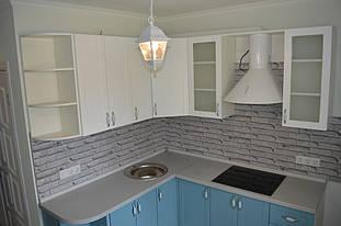 В кухне так же присутствуют открытые радиусные полки,они служат и декором и пример обхода острых углов.