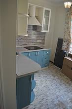 Угловые радиусные полки, дают возможность стильно и комфортно обыграть углы.При этом рационально используется каждый мм мебели.
