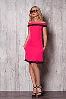 Розовое однотонное платье с кружевом