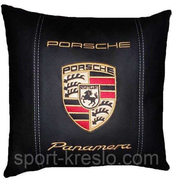 Подушка декоративная в автомобиль с вышивкой логотипа Порше