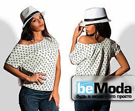 Стильная женская футболка свободного кроя с мелким принтом белая