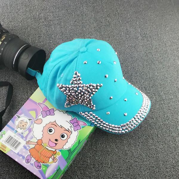 Голубая кепка с камнями и звездочкой