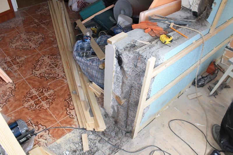 Демонтировали балконный порожек, чтобы сравнять пол лоджии и пол кухни в ноль.