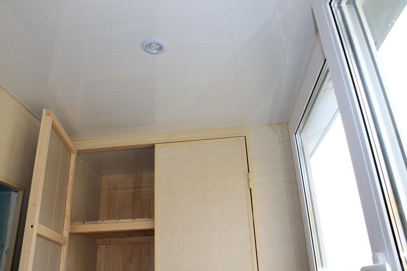 Потолок обшили пластиковой бесшовной вагонкой и установили потолочные светильники с LED лампами.