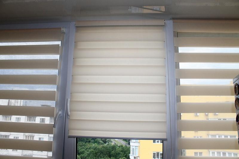 Повесили рулонные шторы, которые создали уют и домашнюю атмосферу.