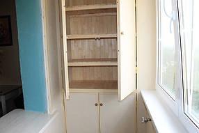 Для хранения вещей мы сделали для нашей заказчицы встроенный шкаф из деревянной вагонки, дверцы которого обшили всё той же ламинированной вагонкой.