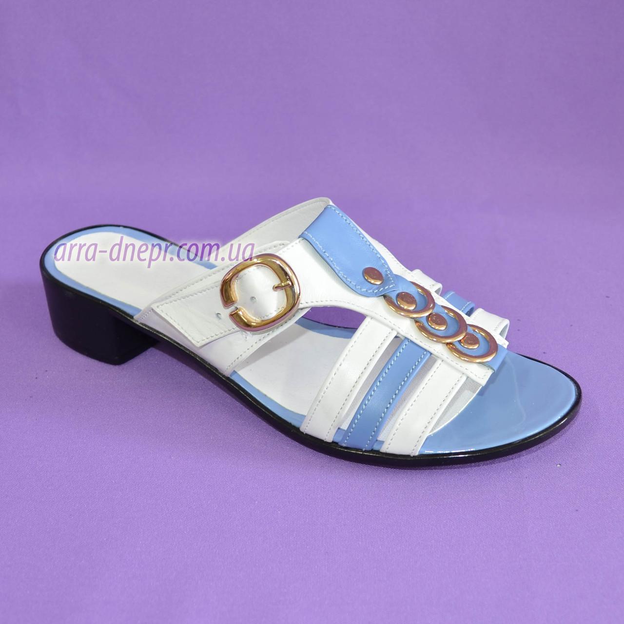 Женские кожаные шлепанцы на маленьком каблучке, цвет голубой с белым