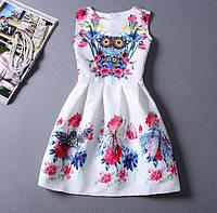 Белое платье с яркими цветами совой коктейльное приталенное