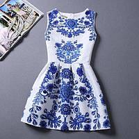 Белое платье с синими цветами