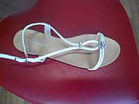 Модные женские сандалеты LORBACSA  на низком ходу, белые.