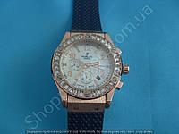 Часы Hublot Geneve 882888 114053 женские золотистые в крупных стразах на черном ремешке