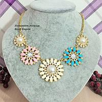 """Ожерелье """"Фрея"""" нарядное с кристаллами и цветами пастельных цветов."""