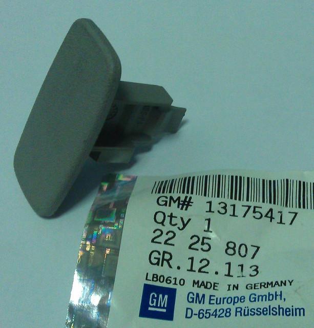 Заглушка (колпачок, крышка, фиксатор) внутренней отделки (пластиковой накладки) передней левой стойки серая GM