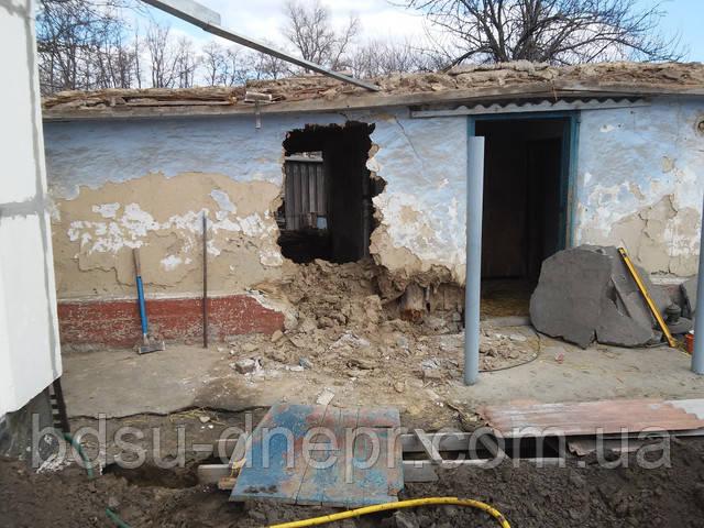 Демонтаж глинобитной хаты в Днепре