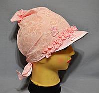Летняя косынка с козырьком для девочки розового цвета.