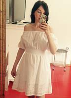 Белое короткое платье с открытыми плечами