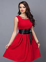 Яркое красное платье с черным поясом
